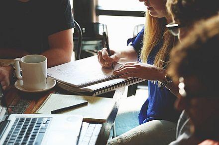 Büroflirt: Liebe am Arbeitsplatz