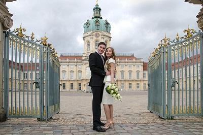 In Oesterreich gibt es mehr Heiraten und weniger Scheidungen. Hier sieht man ein Hochzeits-Paar vor einem Schloss.