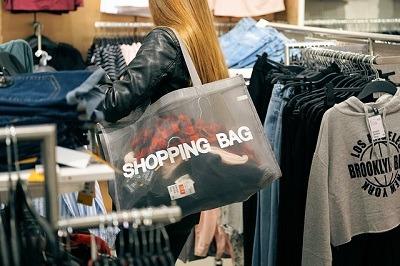 Parship.at hat das Shoppingverhalten von Singles und Paaren untersucht, denn bald ist Sommerschlussverkauf