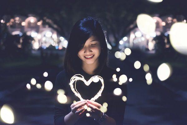 Den Tag der Komplimente für das Online-Dating und erste Date nutzen