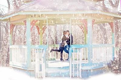 Weltorgasmustag: Ein Paar kuesst sich in einem Pavillion. Und hat weniger Sex als noch in den 90ern